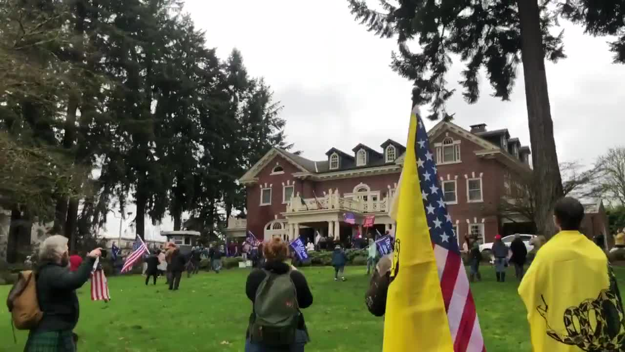 JUST IN - Protesters enter the grounds of Governor @GovInslee 's property in Washington state.