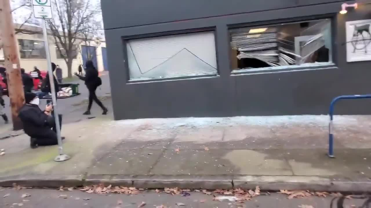JUST IN - Antifa in Portland is currently smashing out the windows of the headquarters of the Democratic Party of Oregon.