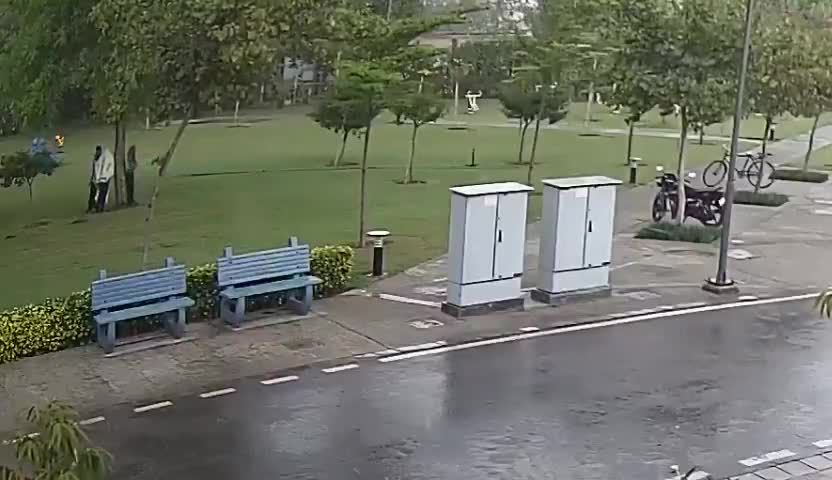 1 dead, 3 injured after lightning strikes tree in Indian! Standing under a tree is a very bad idea!