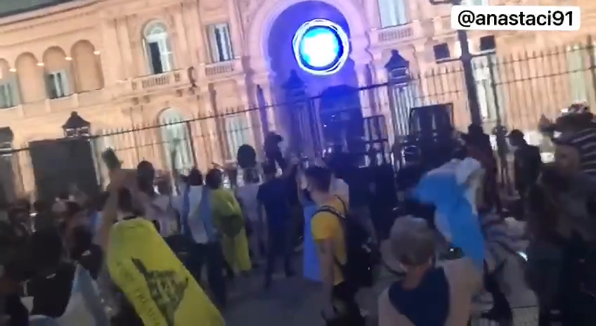 Argentinian anti lockdown protesters surrounded the president´s house