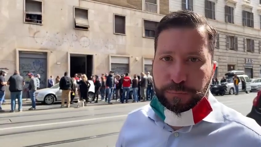 In Rome, in front of the CasaPound headquarters, the distribution of food to 500 Italian families in difficulty ... May God bless our Italian brothers
