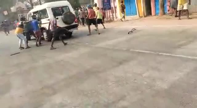 Police under Attack - Van Smashed - People go Crazy - India