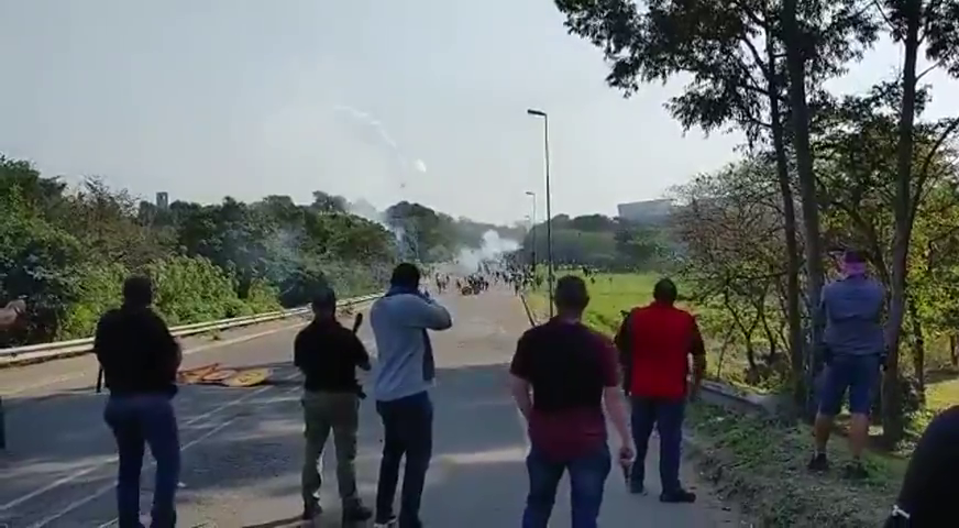 Armed citizens shoots at rioters in South Africa
