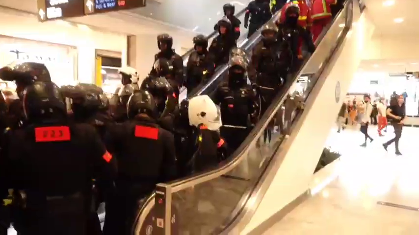 POLICE FORCED TO LEAVE AND RETREAT PARIS SHOPPING CENTER
